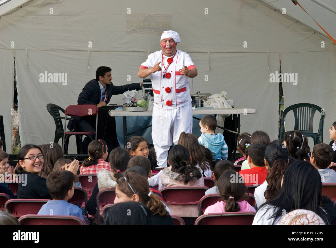TURKISH COMEDIAN ENTERTAINING THE TURKISH CHILDREN IN CLISSOLD PARK - Stock Image