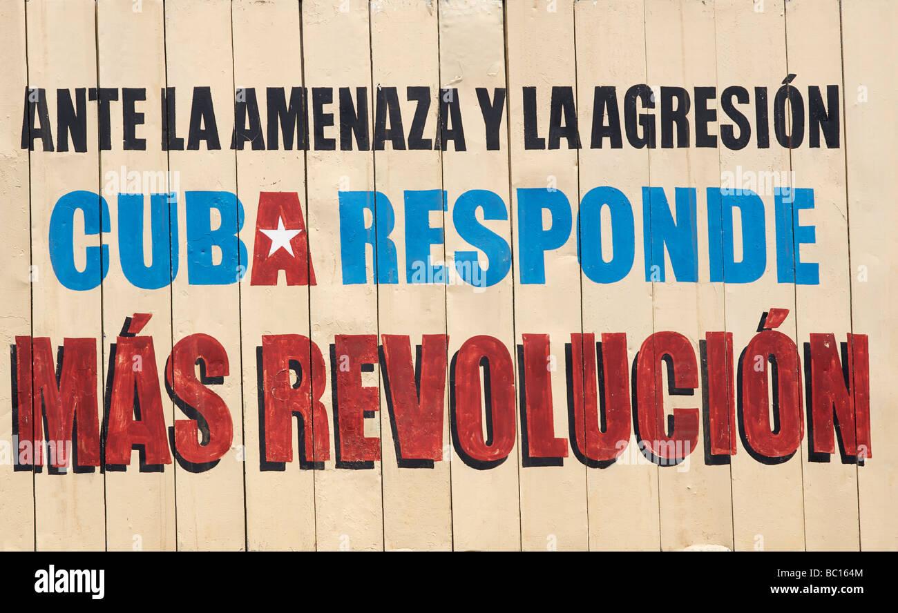 Socialist propaganda sign Cuban Revolution. Cuba. ANTE LA AMENAZA Y LA AGRESION CUBA RESPONDE MAS REVOLUCION. CUBA - Stock Image