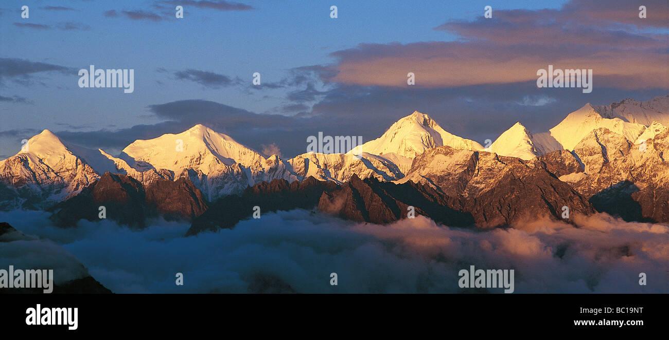 India, Uttarakhand State, Himalayas, sunrise on Chaukhamba Mountains - Stock Image