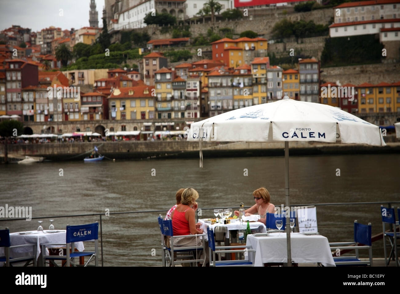 Tourists having a meal on the banks of the river Duro Porto - Stock Image
