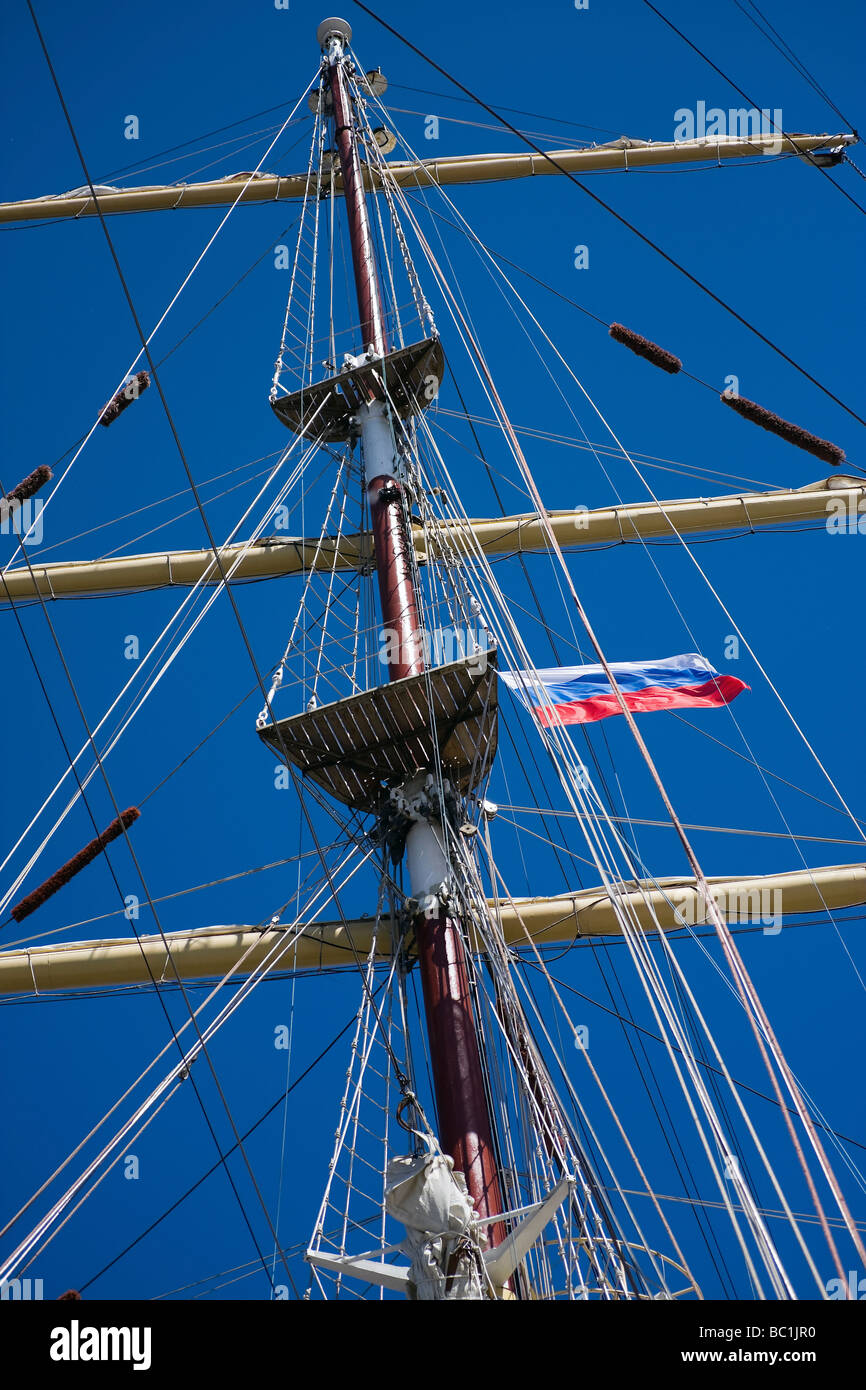 Mast and rigging of sail ship with Russian flag - Stock Image