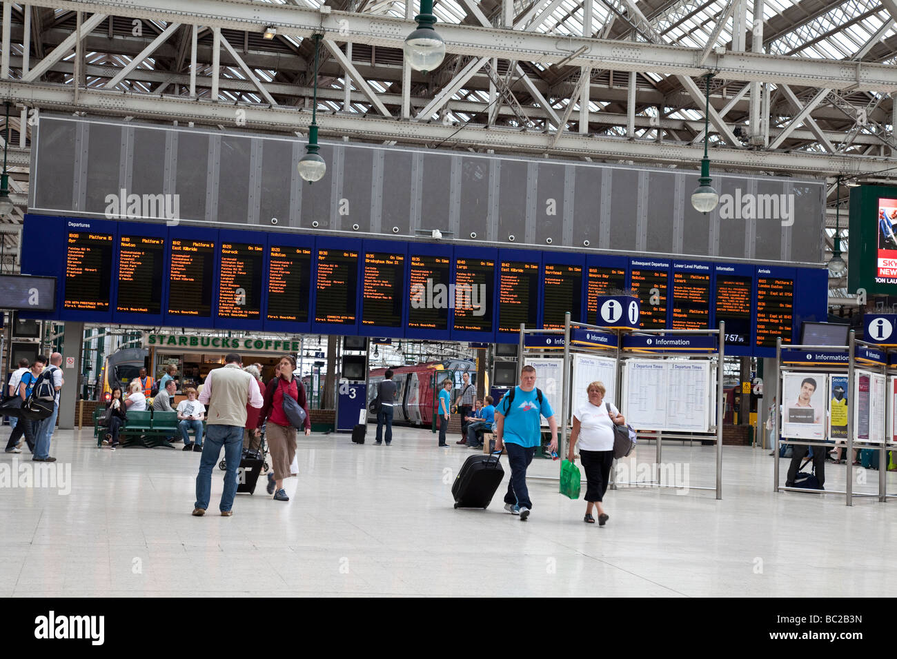 Tourists and travellers in the concourse of Glasgow Central Station - Stock Image