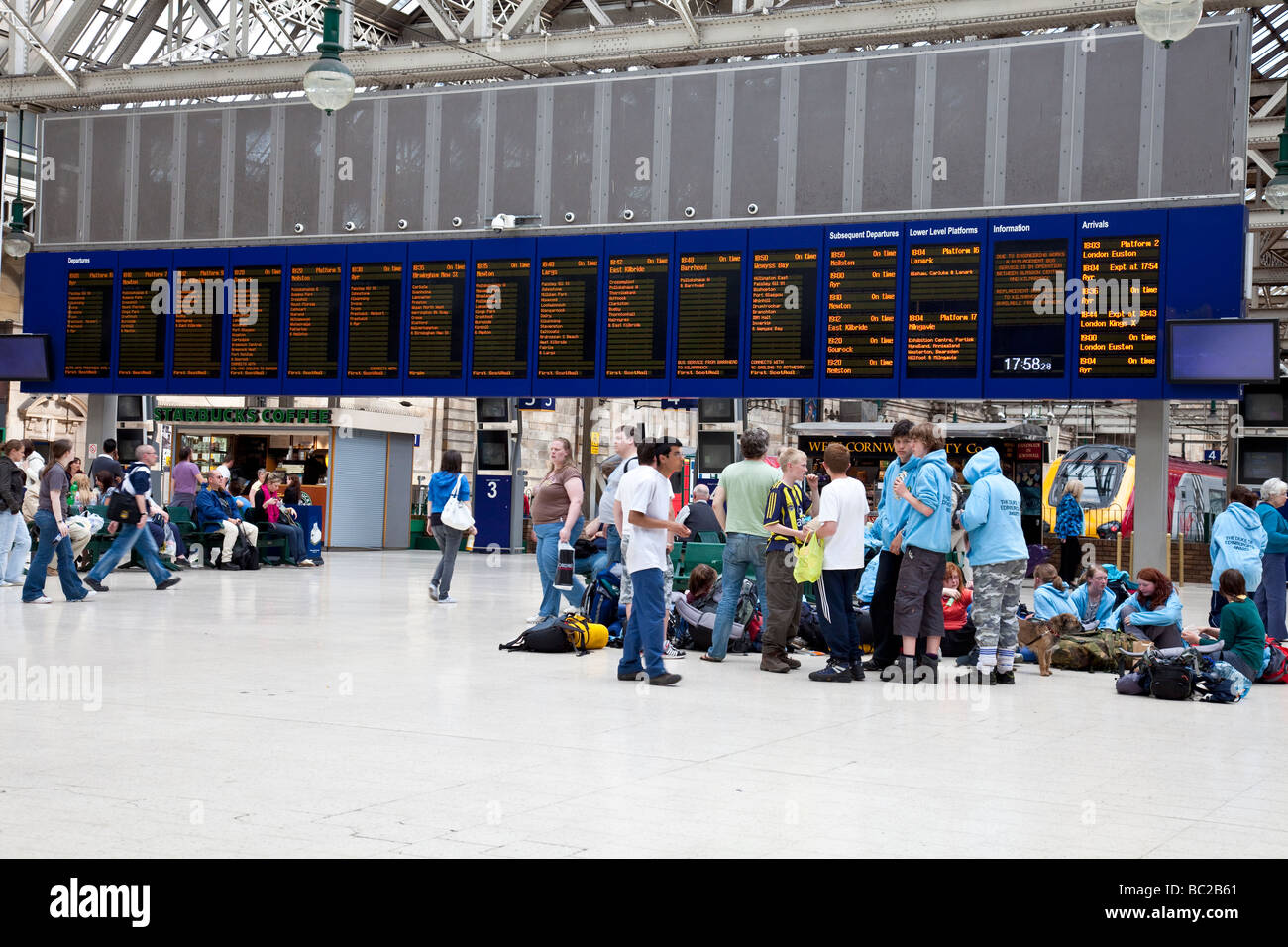 travellers waiting for their trains in Glasgow Central Station, Scotland, UK - Stock Image