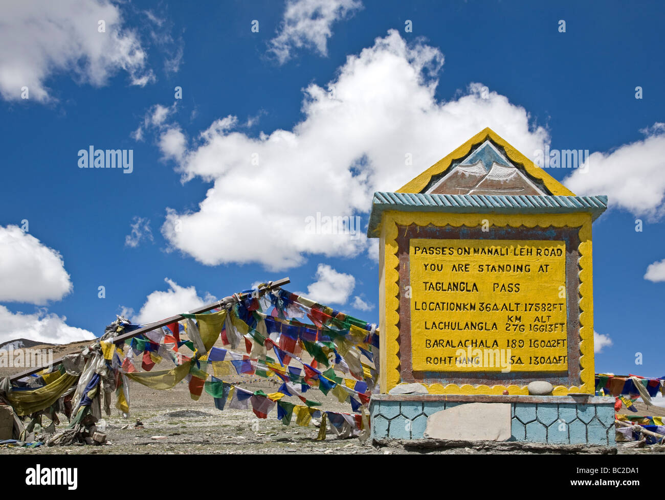 Road sign indiacting the altitude of the high passes on the Manali-Leh road. Taglang La pass (17582 ft). Ladakh. - Stock Image