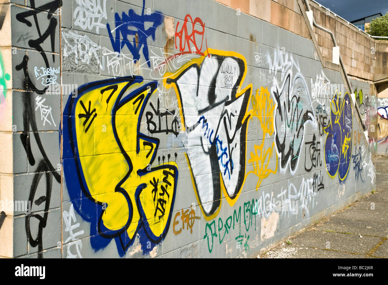 dh RIVER CLYDE GLASGOW Graffiti on walls of clyde embankment city uk ...