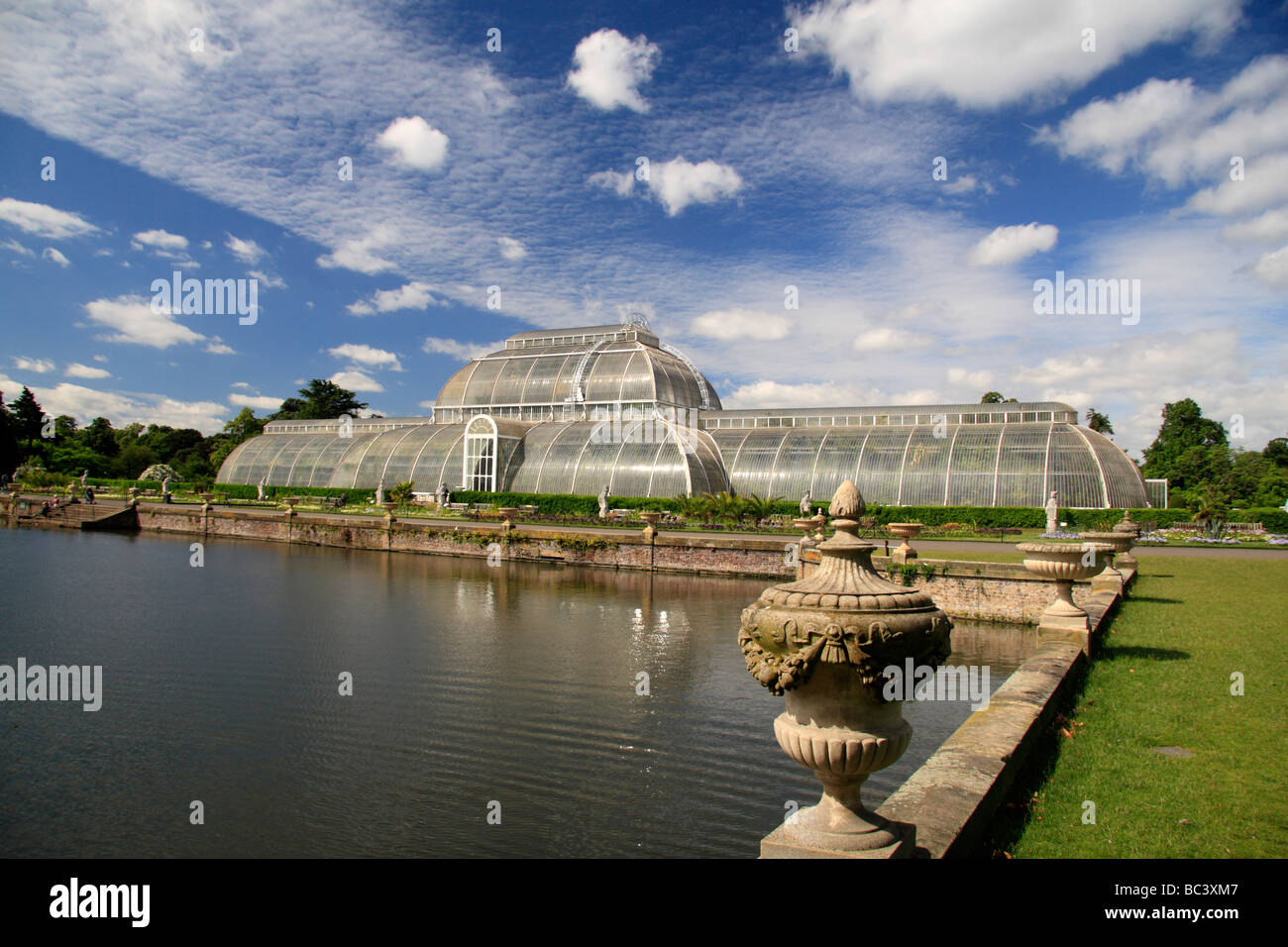 The Palm House, Palm House Parterre and lake in The Royal Botanic Gardens, Kew, Surrey, England. - Stock Image