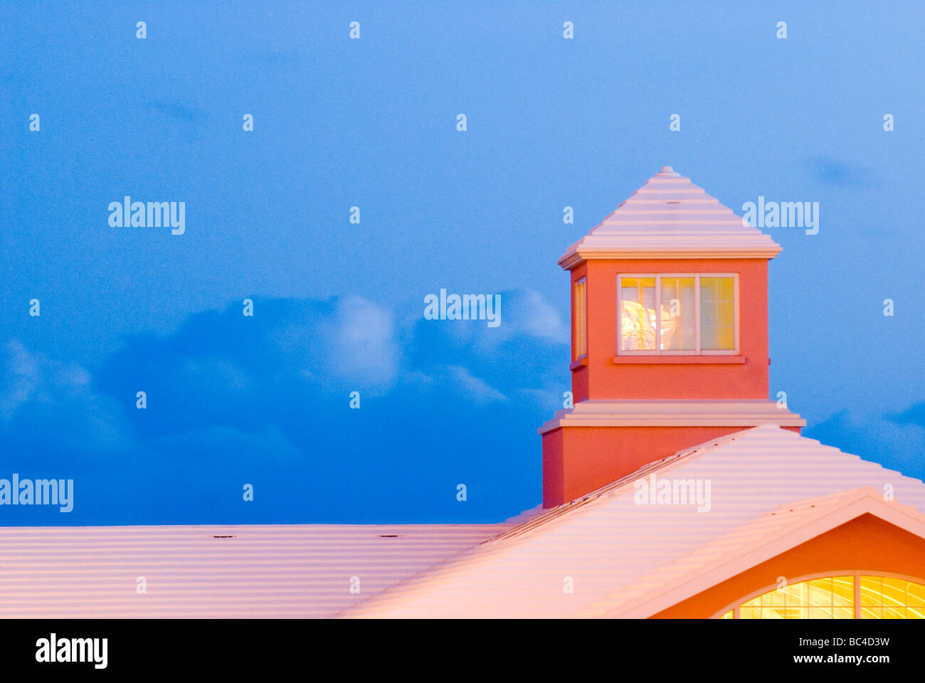 The white roof top of the Fairmont Southampton Hotel at dusk. - Stock Image