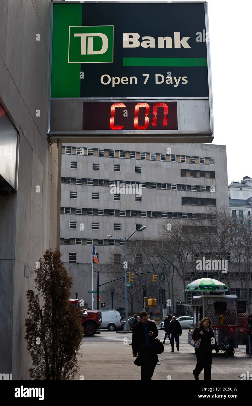"Broken temperature guage at TD bank branch in Brooklyn reading ""CON"" Stock Photo"