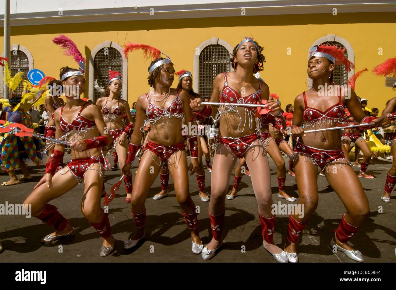 Bunt verkleidete hübsche Frauen tanzen Karneval Mindelo Kapverden Afrika - Stock Image