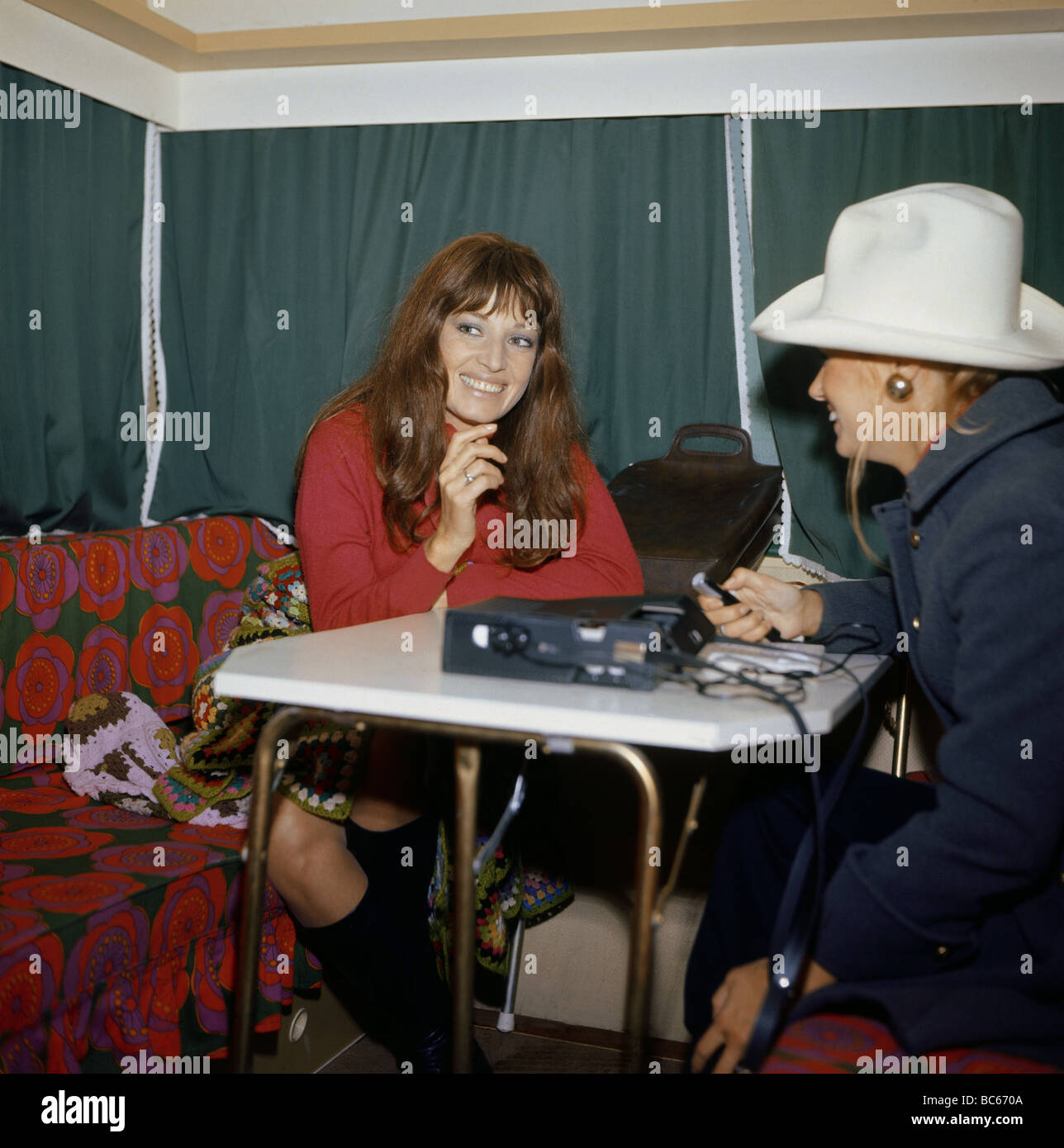 Mell, Marisa, 24.2.1939 - 16.5.1992, Austrian actress, half length, with a repoter at an interview, 1960s, Additional - Stock Image