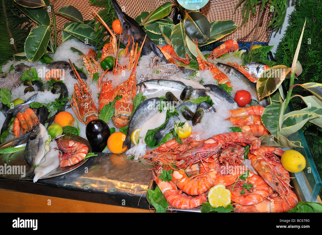 Fish platter in front of a Restaurant at the harbour in Rethymno (Rethymnon, Rethimno), Crete, Greece, Europe - Stock Image