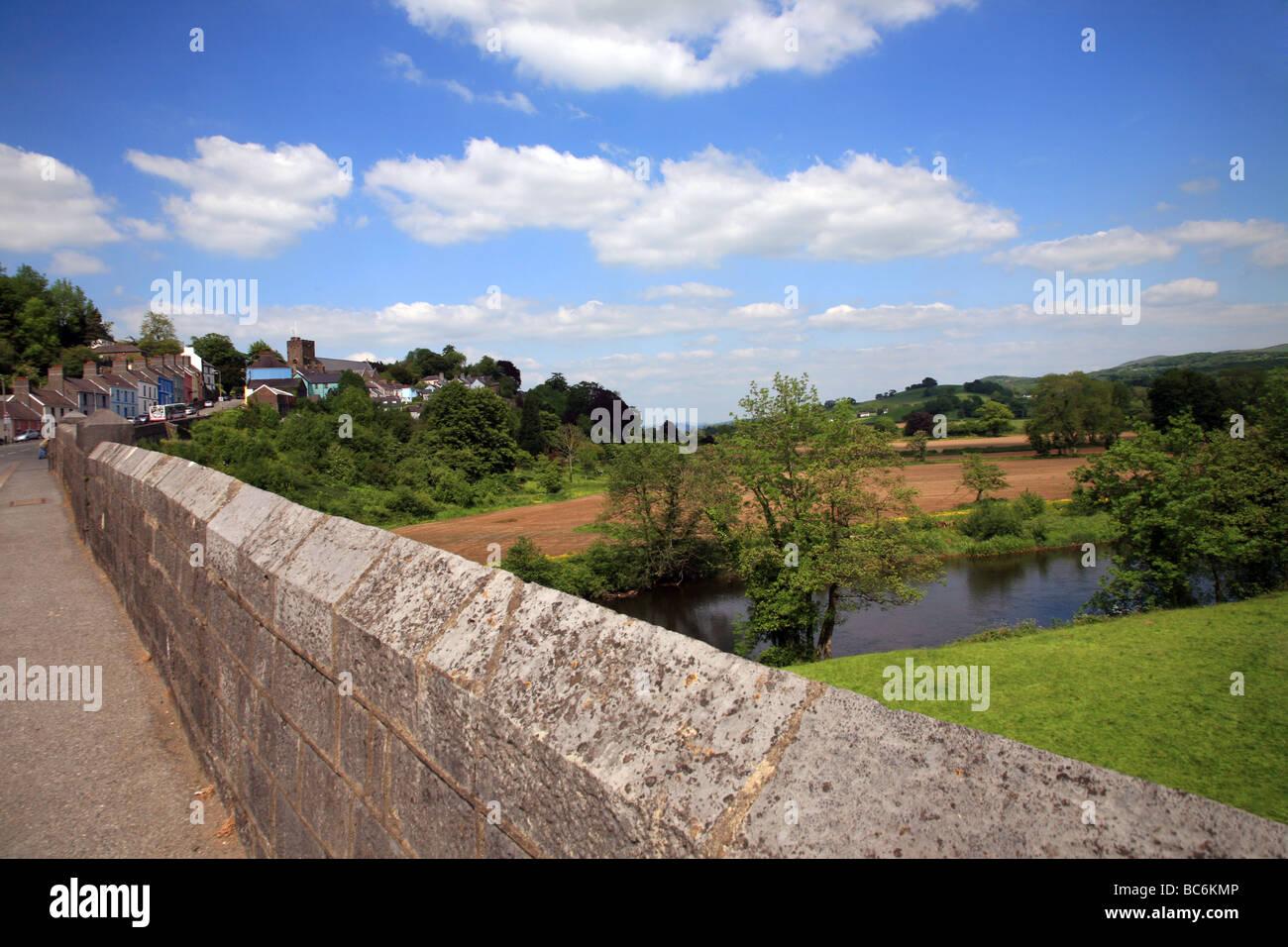 Stone bridge crossing the River Towy below the hillside town of Llandeilo - Stock Image