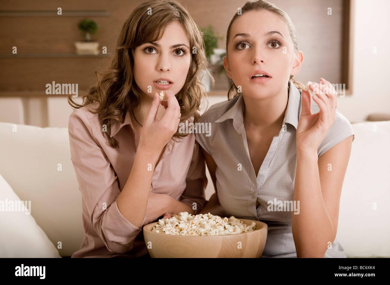 girls watching tv - Stock Image