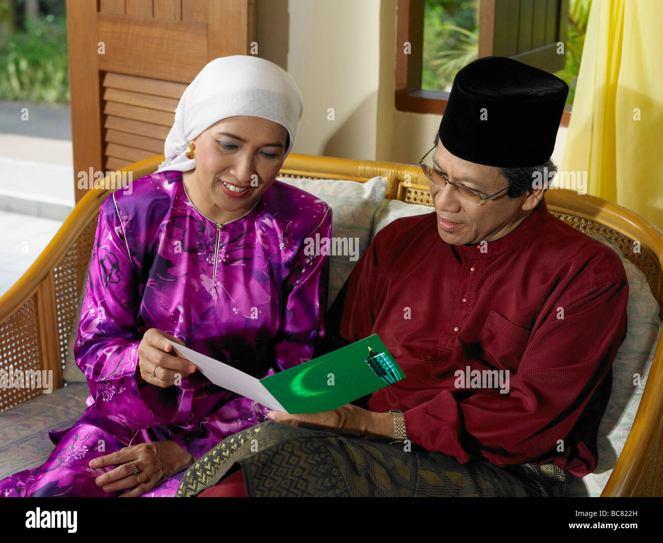 couple reading greeting card - Stock Image