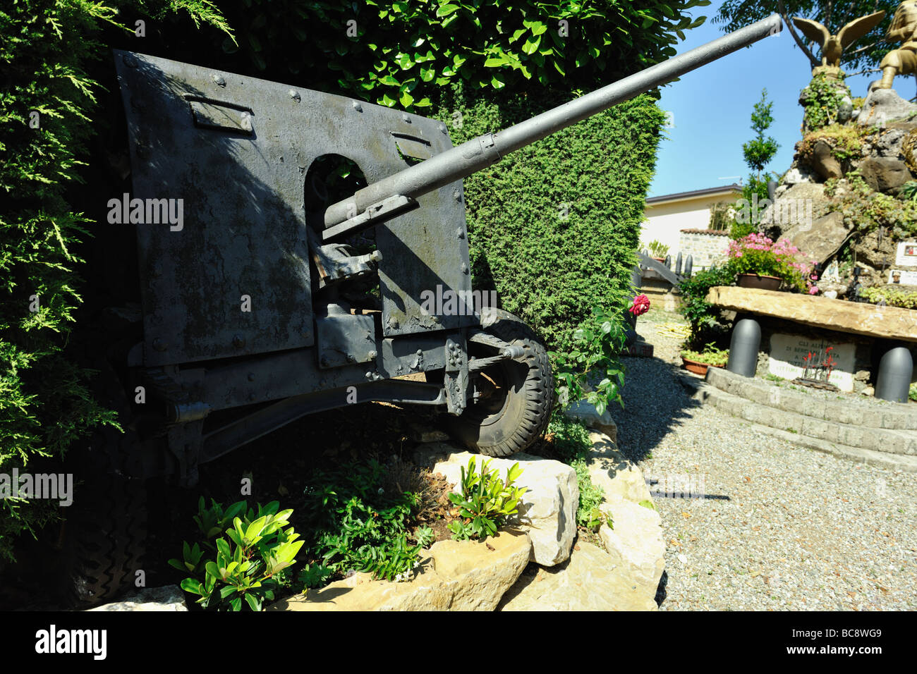 Old field gun at the memorial to the Alpini the elite mountain warfare soldiers of the Italian Army - Stock Image