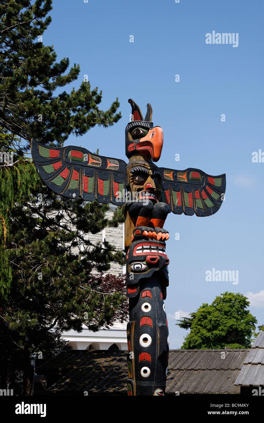 Totem Pole in Thunderbird Park in Victoria Vancouver Island Kanada  - Stock Image