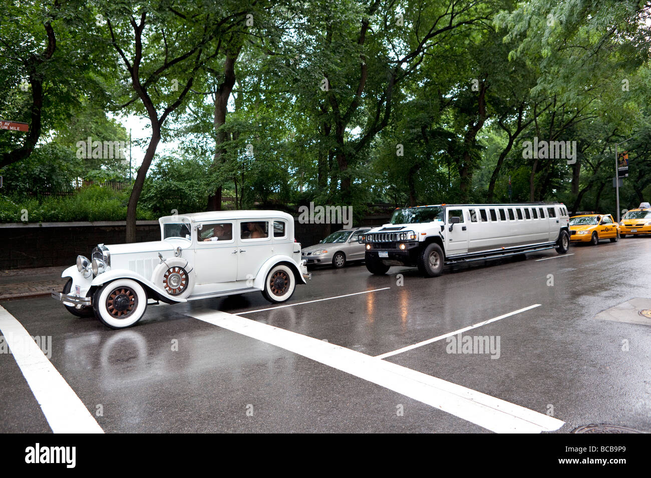 Wedding car and a stretched Hummer limousine in NYC - Stock Image