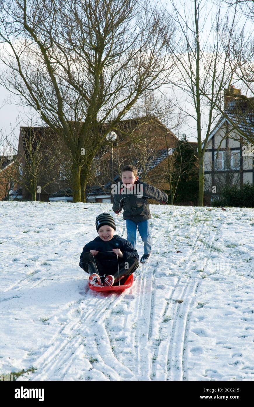 Bambini a gioco Sledding Fotografie Stock Bambini a gioco-1785