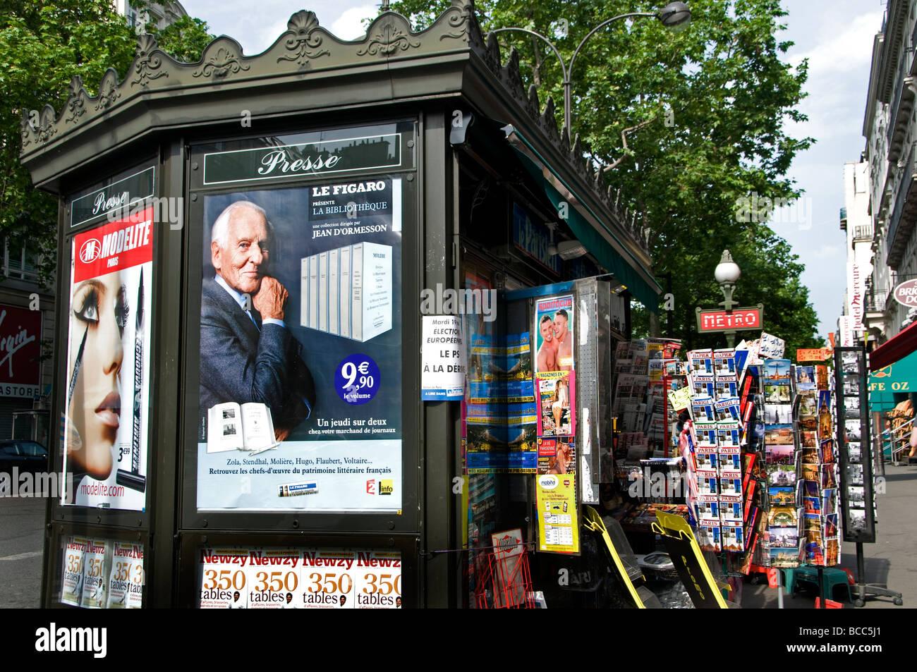 Paris France newspaper kiosk news stand magazine - Stock Image