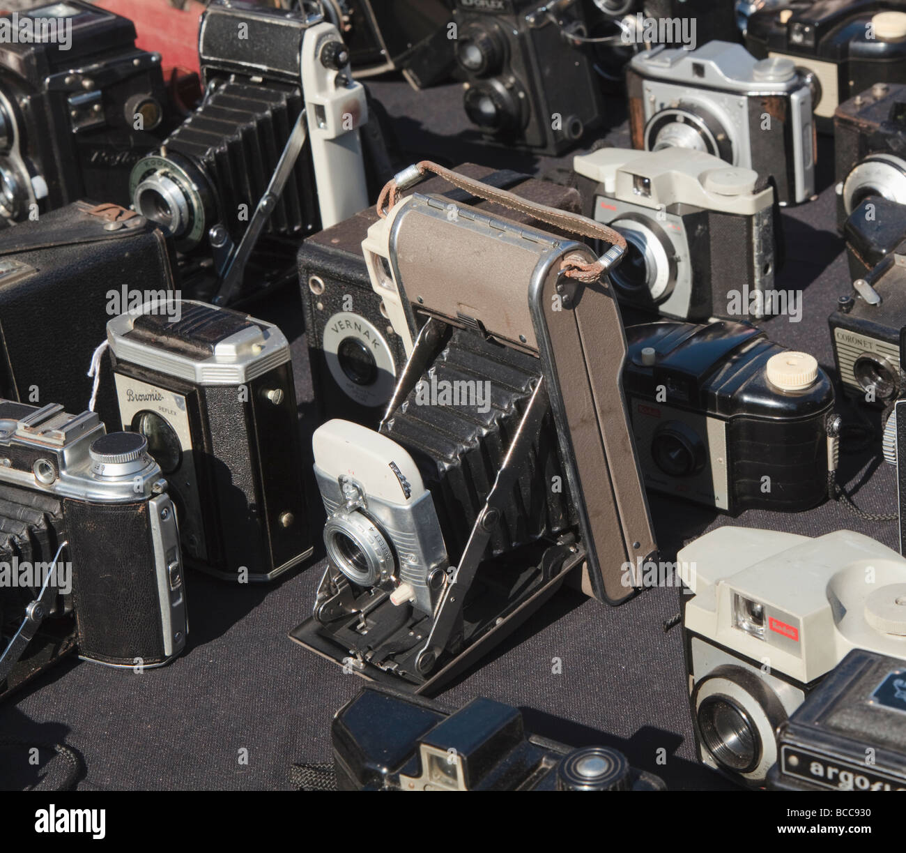 Selection of collectible cameras laid out at a boot sale - Stock Image