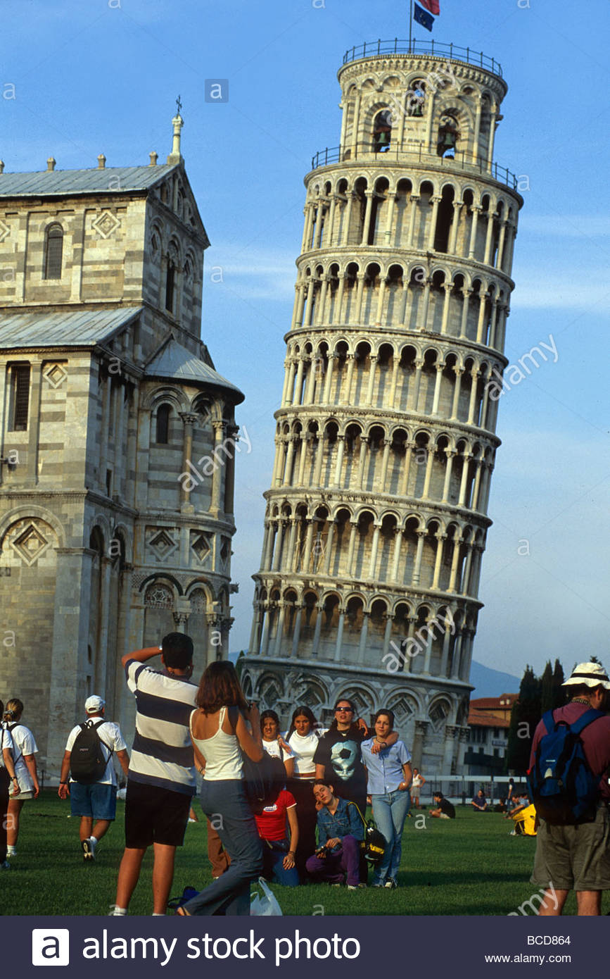 Students are photographed in front of Leaning Tower of Pisa. - Stock Image