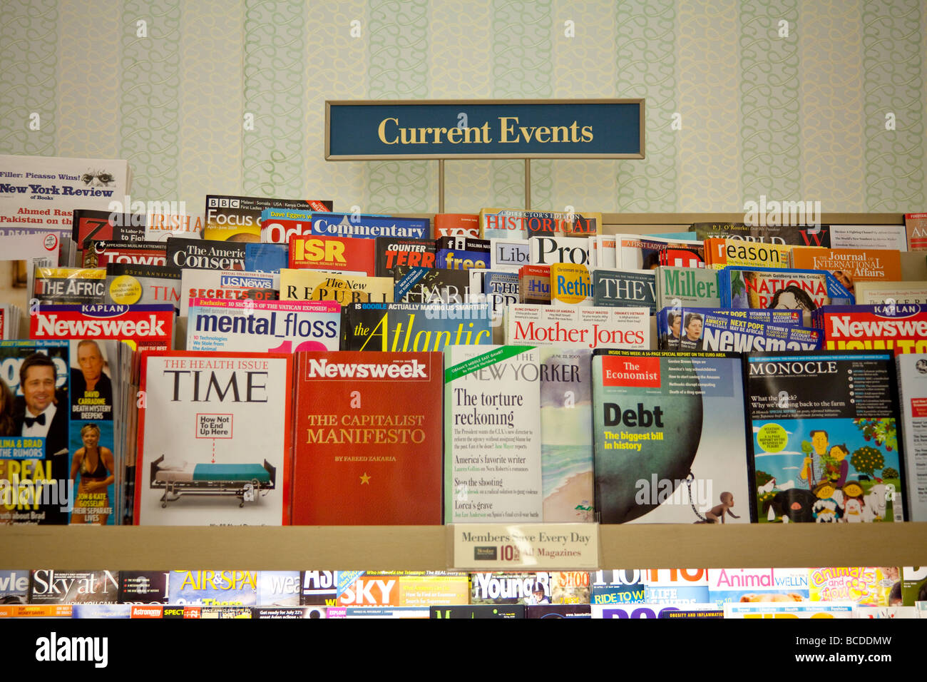 current events magazines on shelves, Barnes and Noble, USA - Stock Image
