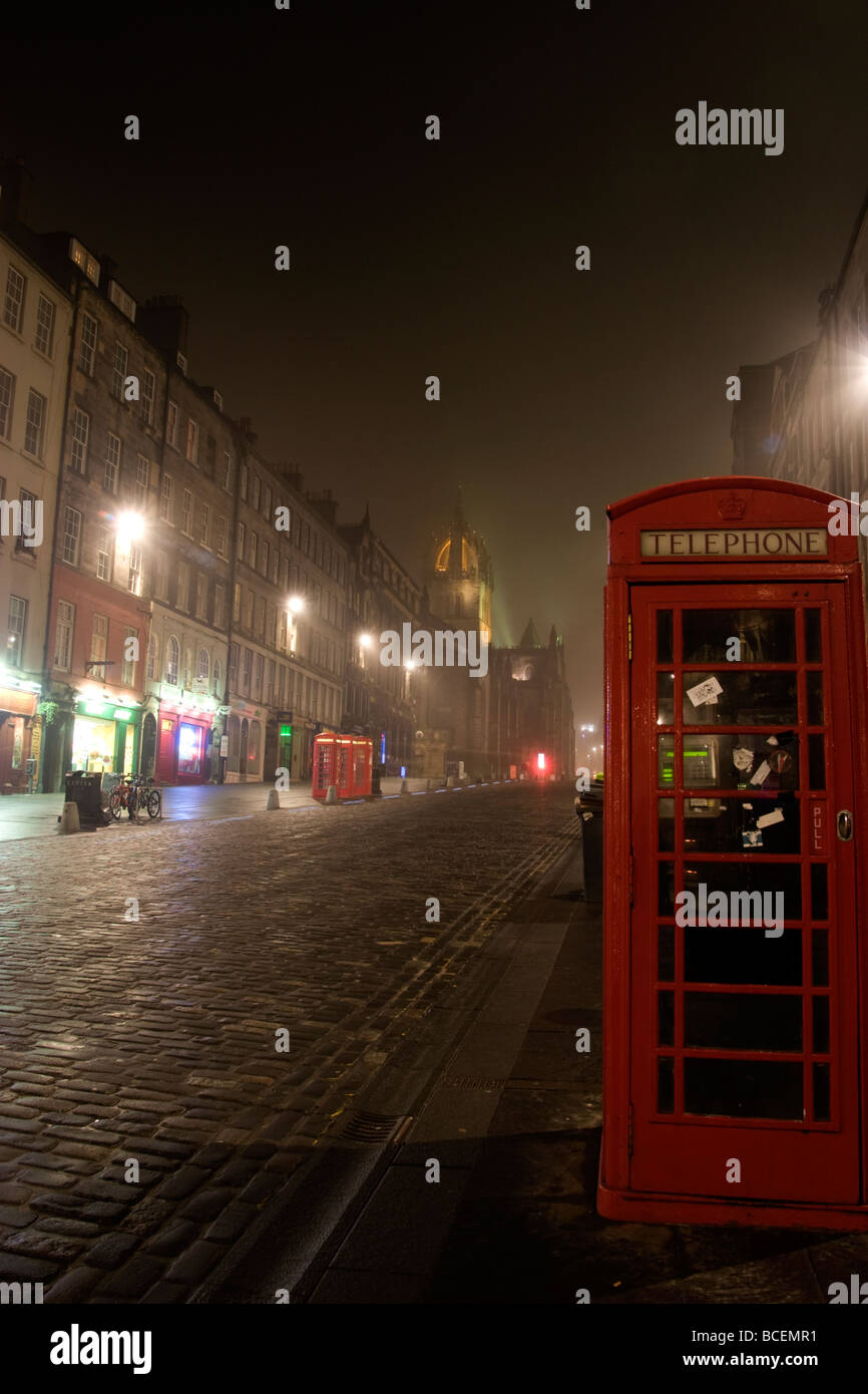 Looking up the Royal Mile Edinburgh on a foggy night - Stock Image