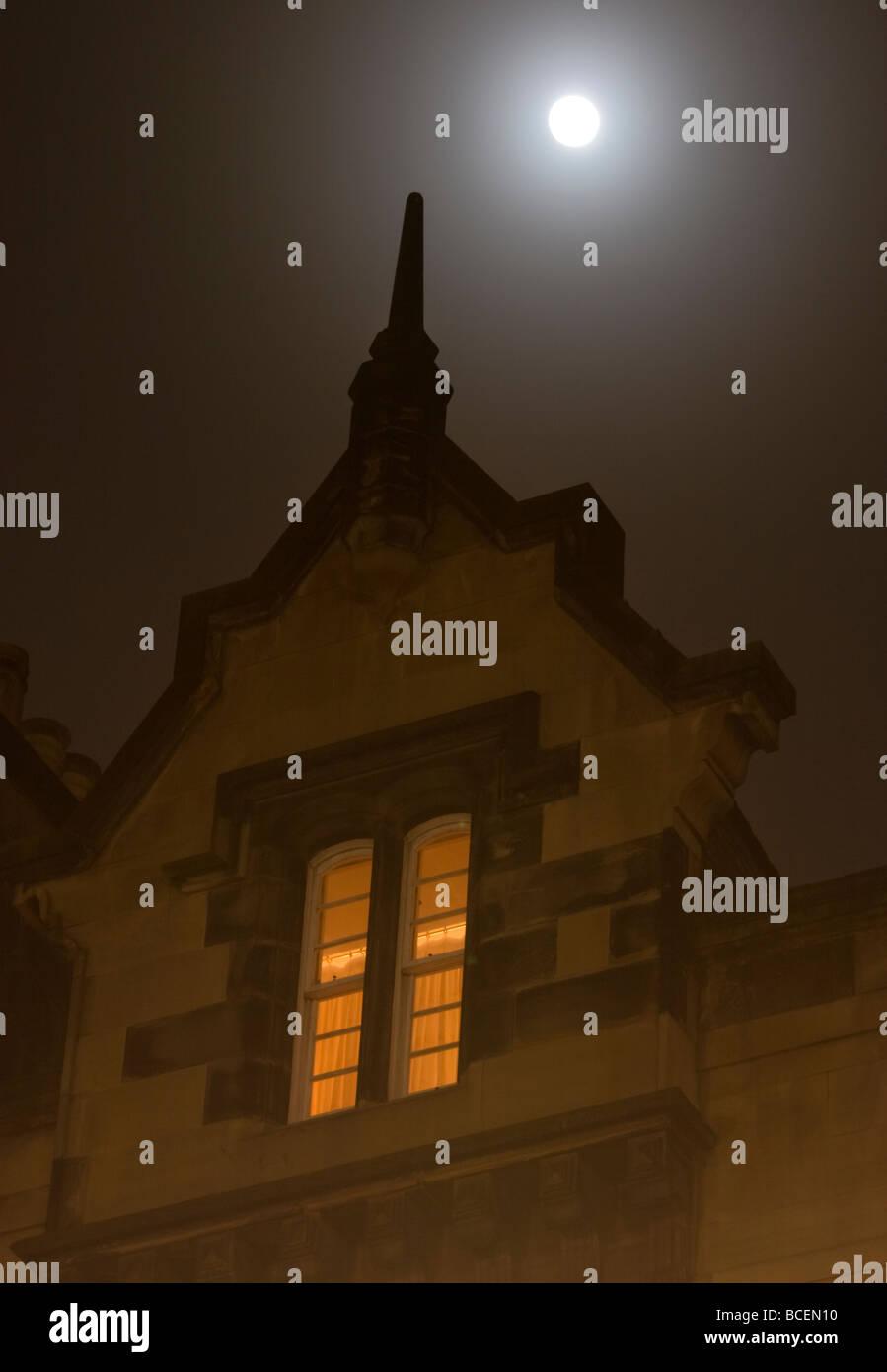 A full moon above a flat on the Royal Mile Edinburgh on a foggy night - Stock Image