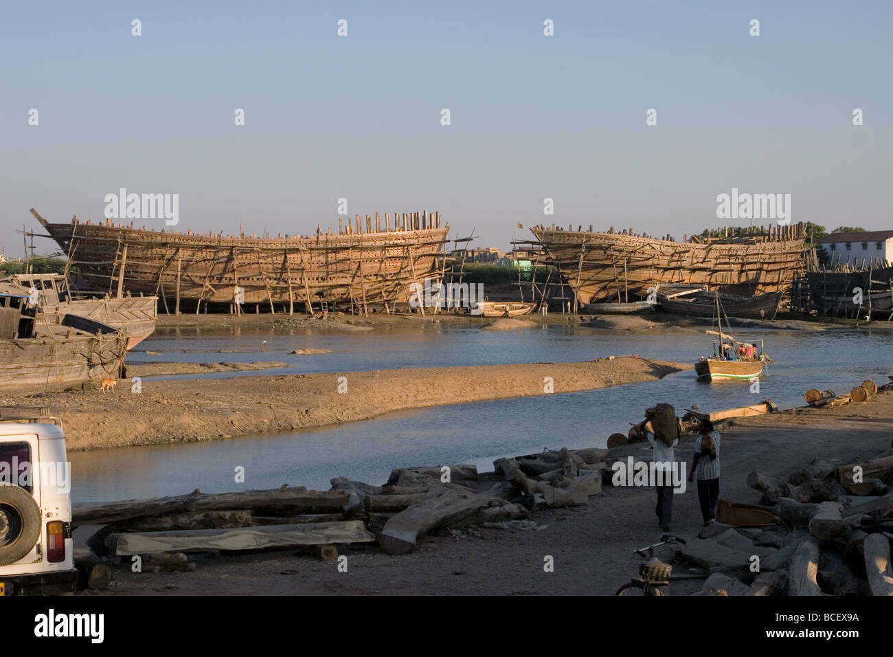 Large Wooden Ships being manually constructed at Ship-yard. Rukmavati River, Mandvi Beach, Kutch, Gujarat State, - Stock Image