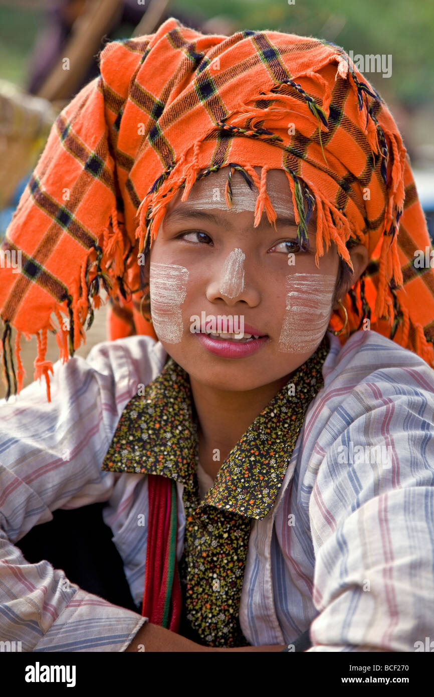 Myanmar. Burma. Lake Inle. A pretty Pa-O woman at the floating market of Ywa-ma on Lake Inle. - Stock Image