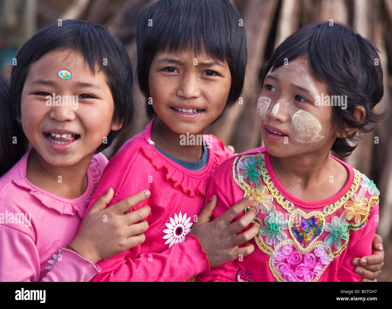 Myanmar, Burma, Namu-op. Happy Akha children in brightly coloured jumpers. - Stock Image