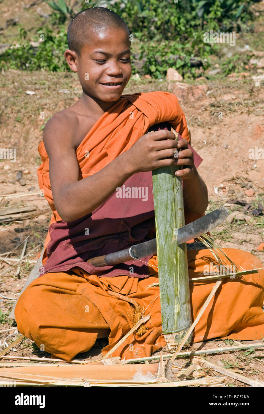Myanmar, Burma, Wan-seeing.  A novice monk splitting bamboo to make tapers for the nearby Wan-seeing monastery. - Stock Image
