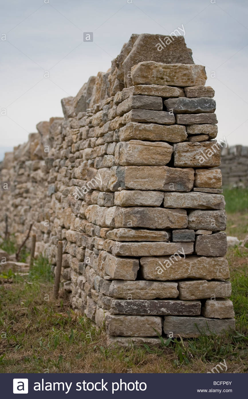 Cross section through the end of a dry stone wall - Stock Image