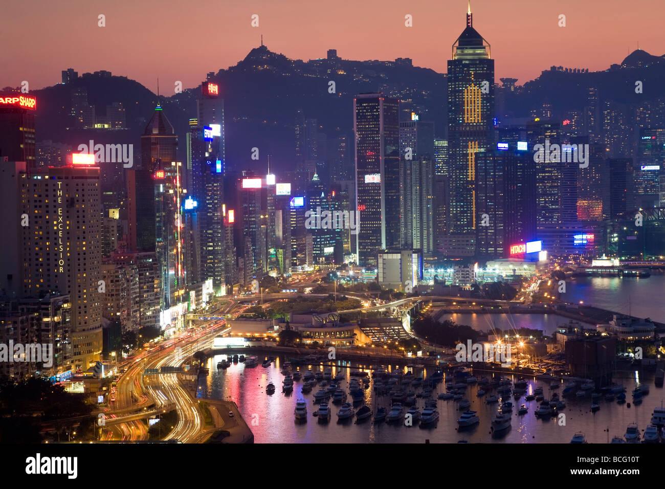 China Hong Kong Hong Kong Island view across harbour to Victoria Peak at sunset - Stock Image