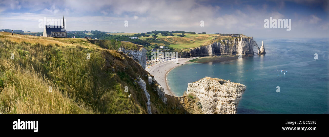 stone beach and coastal cliffs. Etretat, Normandy, France - Stock Image
