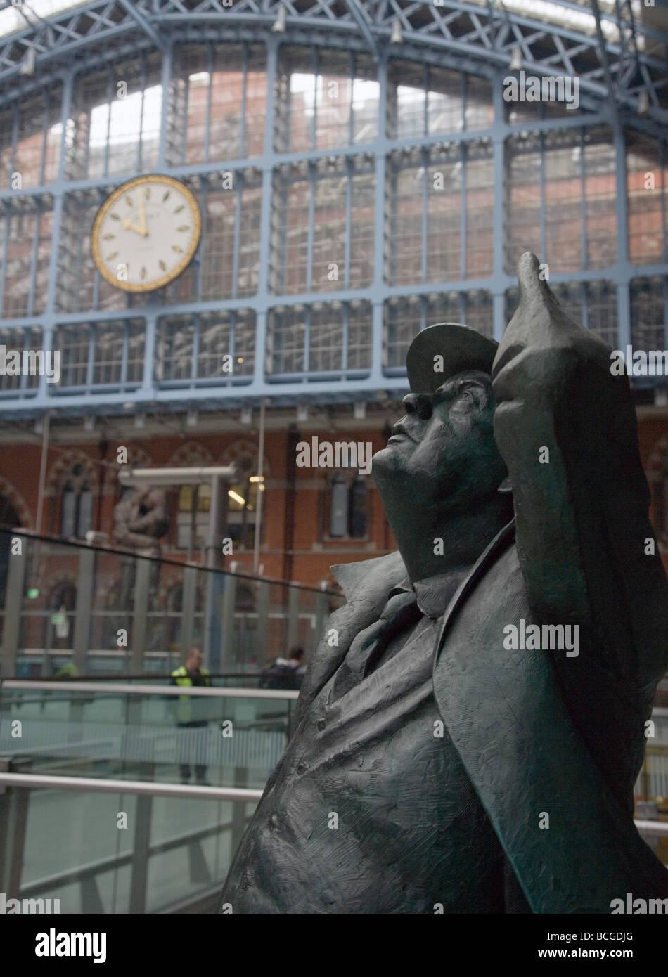 Bronze statue of Sir John Betjeman former poet laureate at St Pancras Station London his favourite building - Stock Image