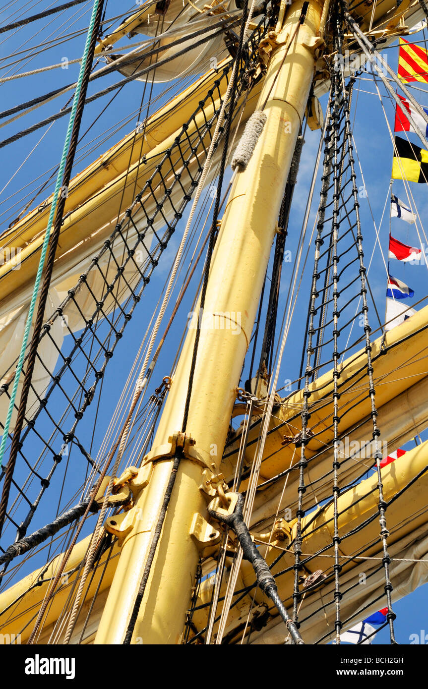 Looking up at tall ship mast detail with rope ladders and rigging - Stock Image