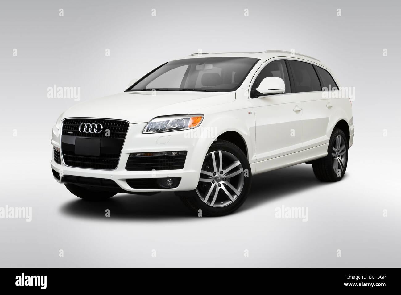 2009 Audi Q7 TDI Premium in White - Front angle view - Stock Image