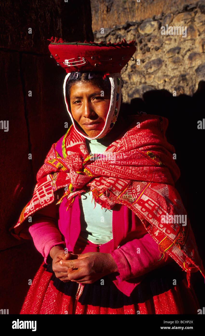 Native Quechua woman in the traditional costume Ollaytantambo Urubamba Valley Perú - Stock Image