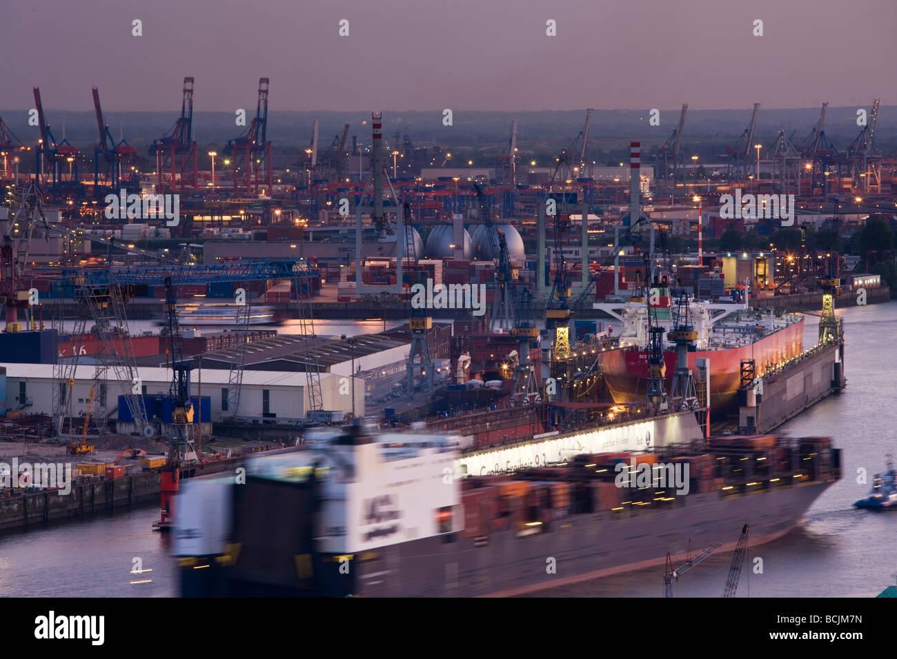 Germany, State of Hamburg, Hamburg, Elbe River and shipyard traffic - Stock Image
