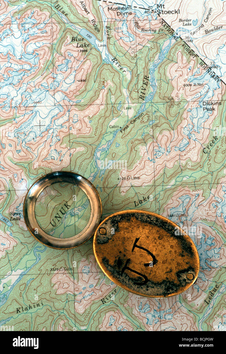 Magnifying lupe on topographical map - Stock Image