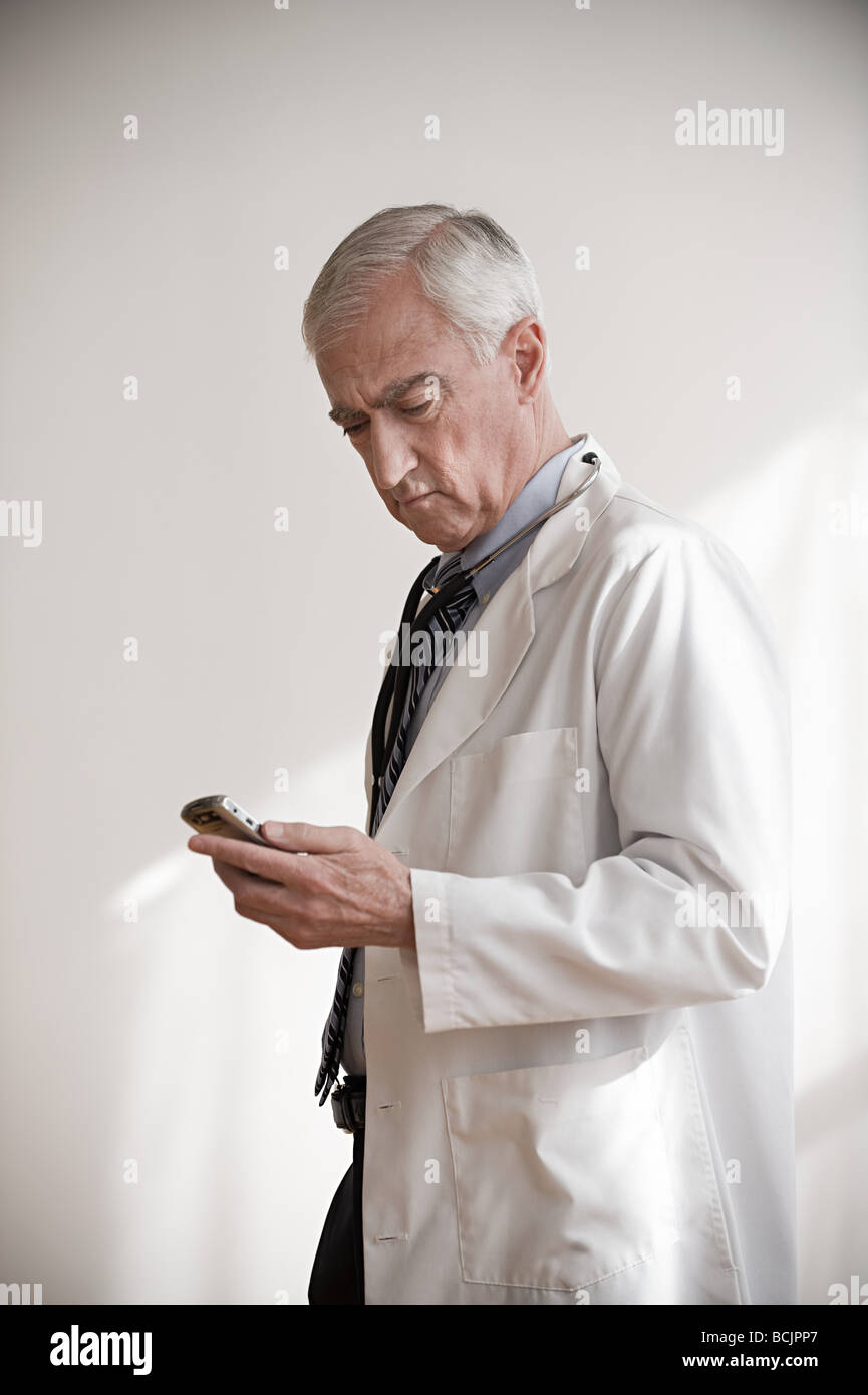 Doctor with cellphone - Stock Image
