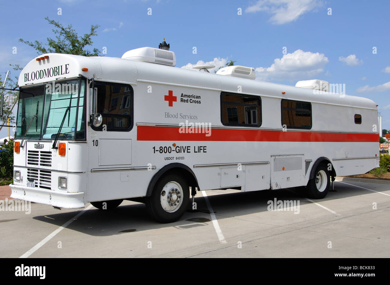 Red Cross blood drive bus - Stock Image