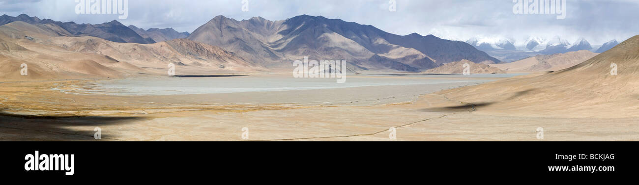 Pond drying up in the desert - Stock Image
