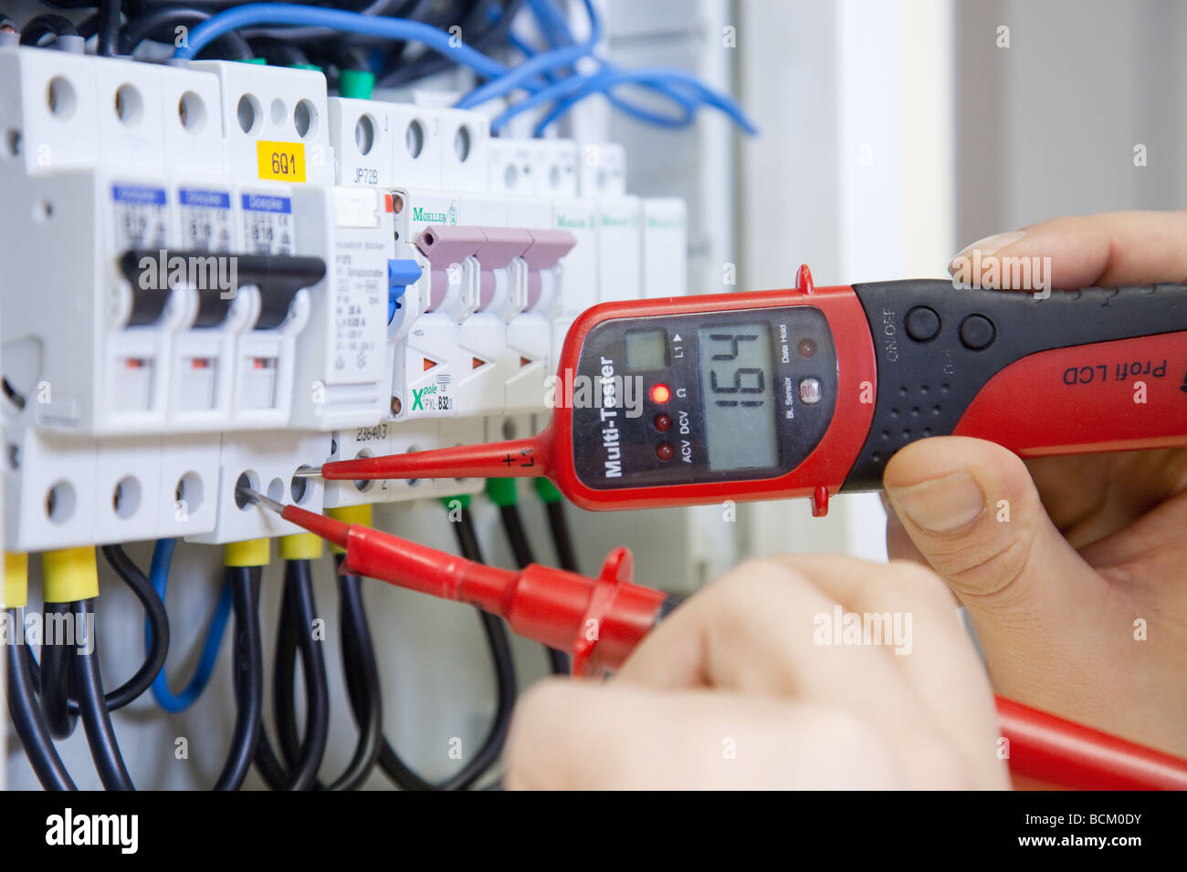 Electrician at work in the training school for master craftsmen - Stock Image