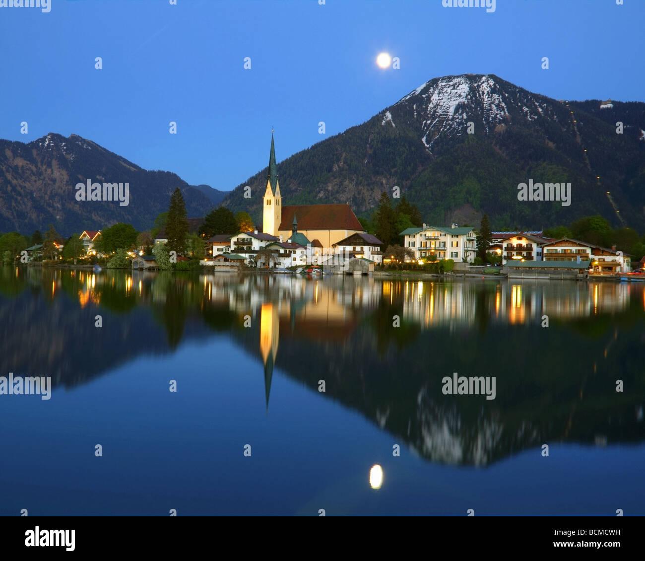 DE - BAVARIA: Rottach-Egern on Lake Tegernsee depicting Wallberg Mountain - Stock Image