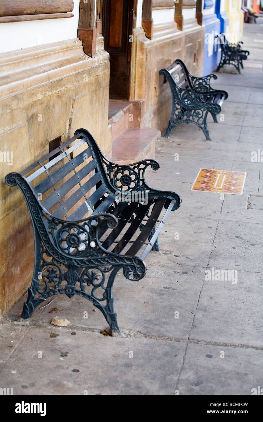 A bench against a wall on Calle Real, Liberia's Colonial street In Guanacaste, Costa Rica - Stock Image