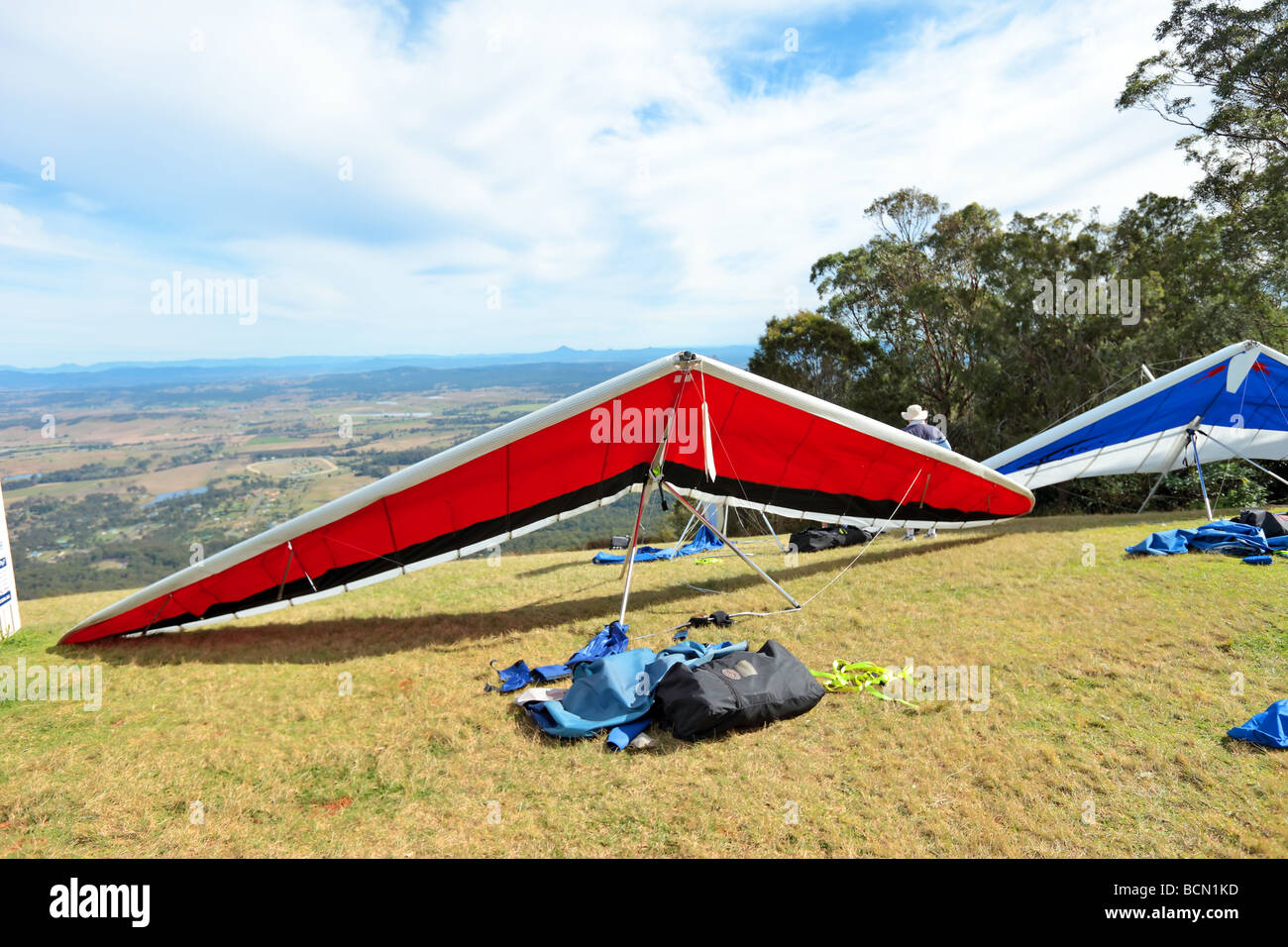 Pilots assembling their hang gliders prior to flight - Stock Image