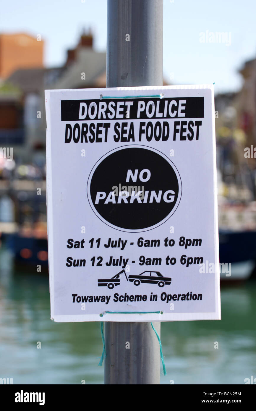 Dorset police temporary notice sign advising that the area is a towaway zone - Stock Image
