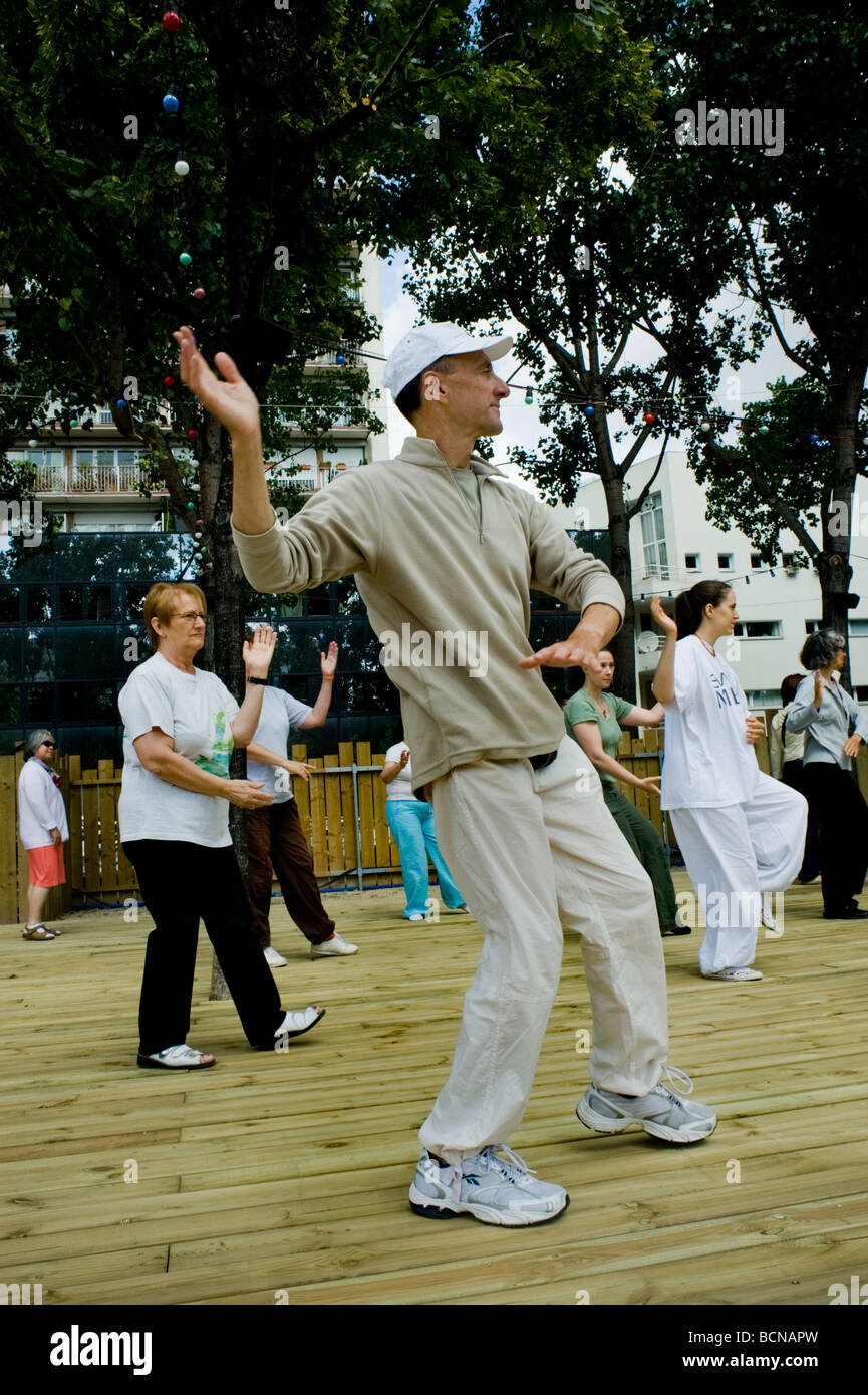 Paris, France, Group Senior Adults Practicing 'Chinese Exercise' 'Tai Chi' at 'Paris Plages' - Stock Image